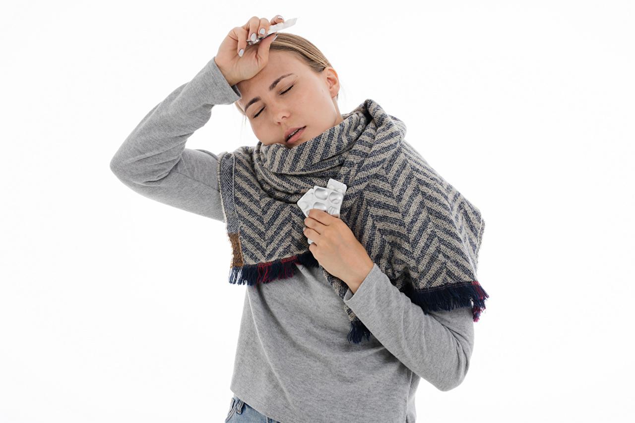 Фото Шарф болеет таблетки Поза молодые женщины Белый фон шарфе шарфом Простуда позирует девушка Девушки молодая женщина белом фоне белым фоном