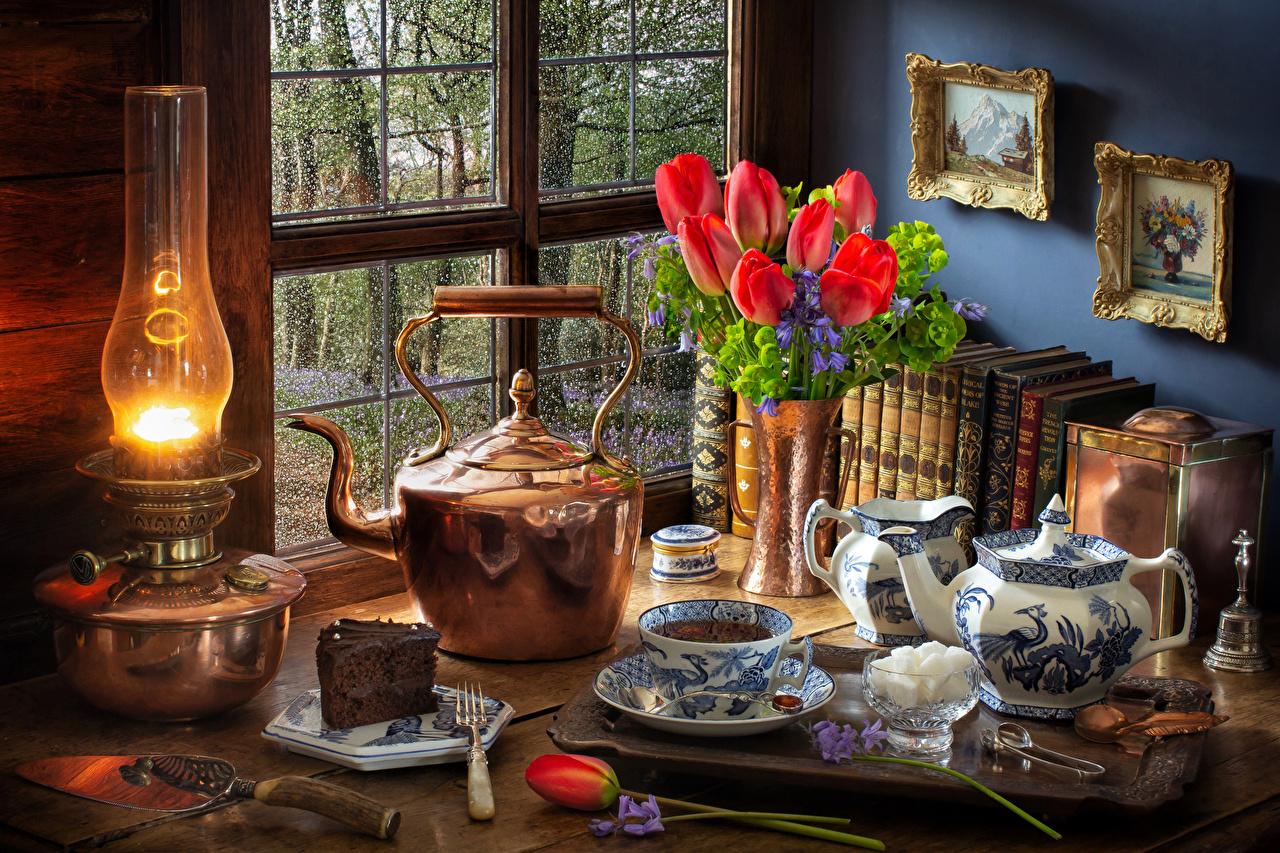 Фотография Сахар Торты красные тюльпан Керосиновая лампа Цветы Чайник Еда Чашка Натюрморт сахара красных Красный красная Тюльпаны цветок Пища чашке Продукты питания