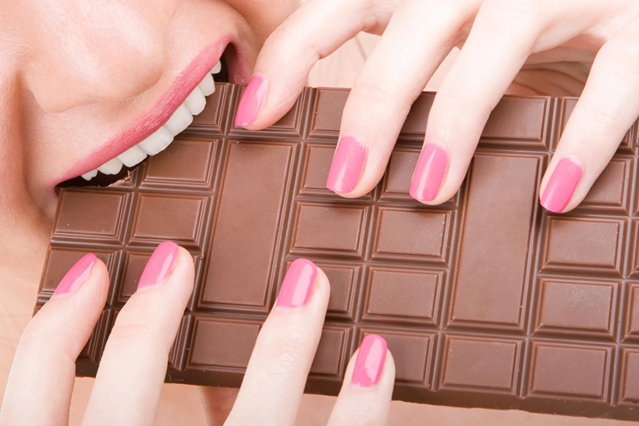 Обои для рабочего стола Еда Зубы Шоколад шоколадка Пальцы маникюра Пища Продукты питания Шоколадная плитка Маникюр