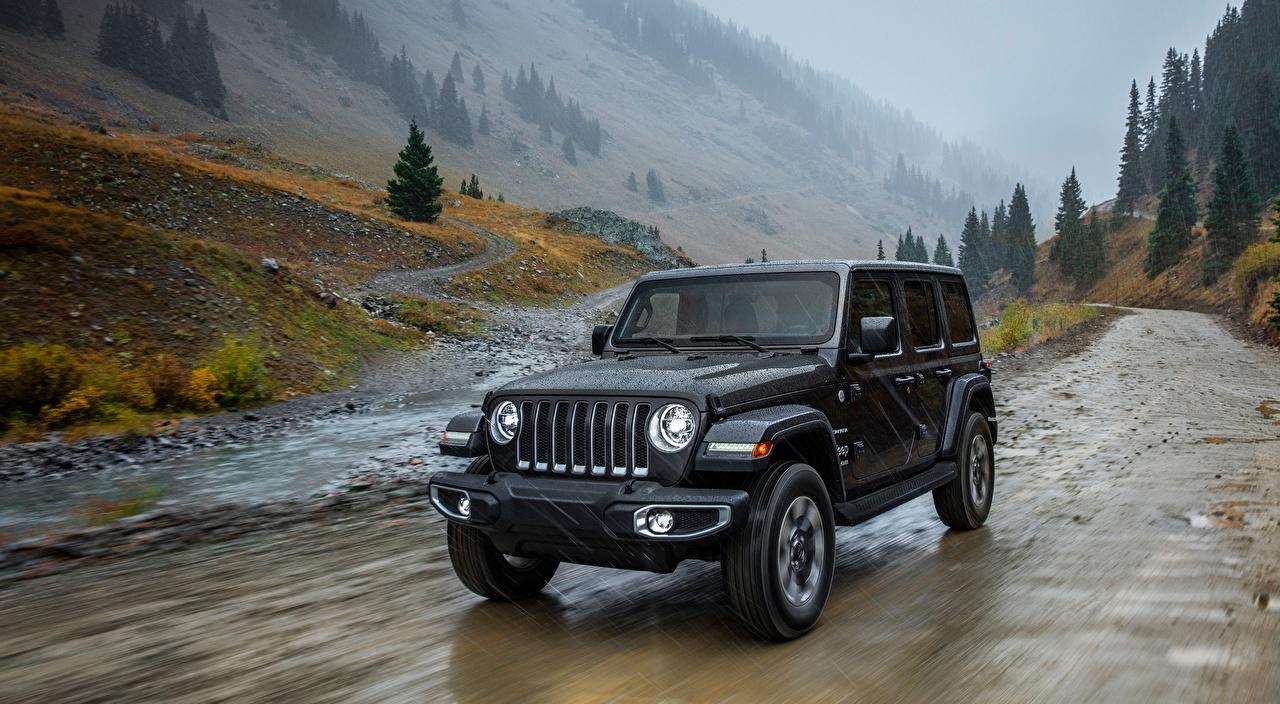 Обои для рабочего стола Jeep Wrangler, Unlimited Sahara, 2018 Черный Дождь Движение машины Джип черная черные черных едет едущий едущая скорость авто машина Автомобили автомобиль
