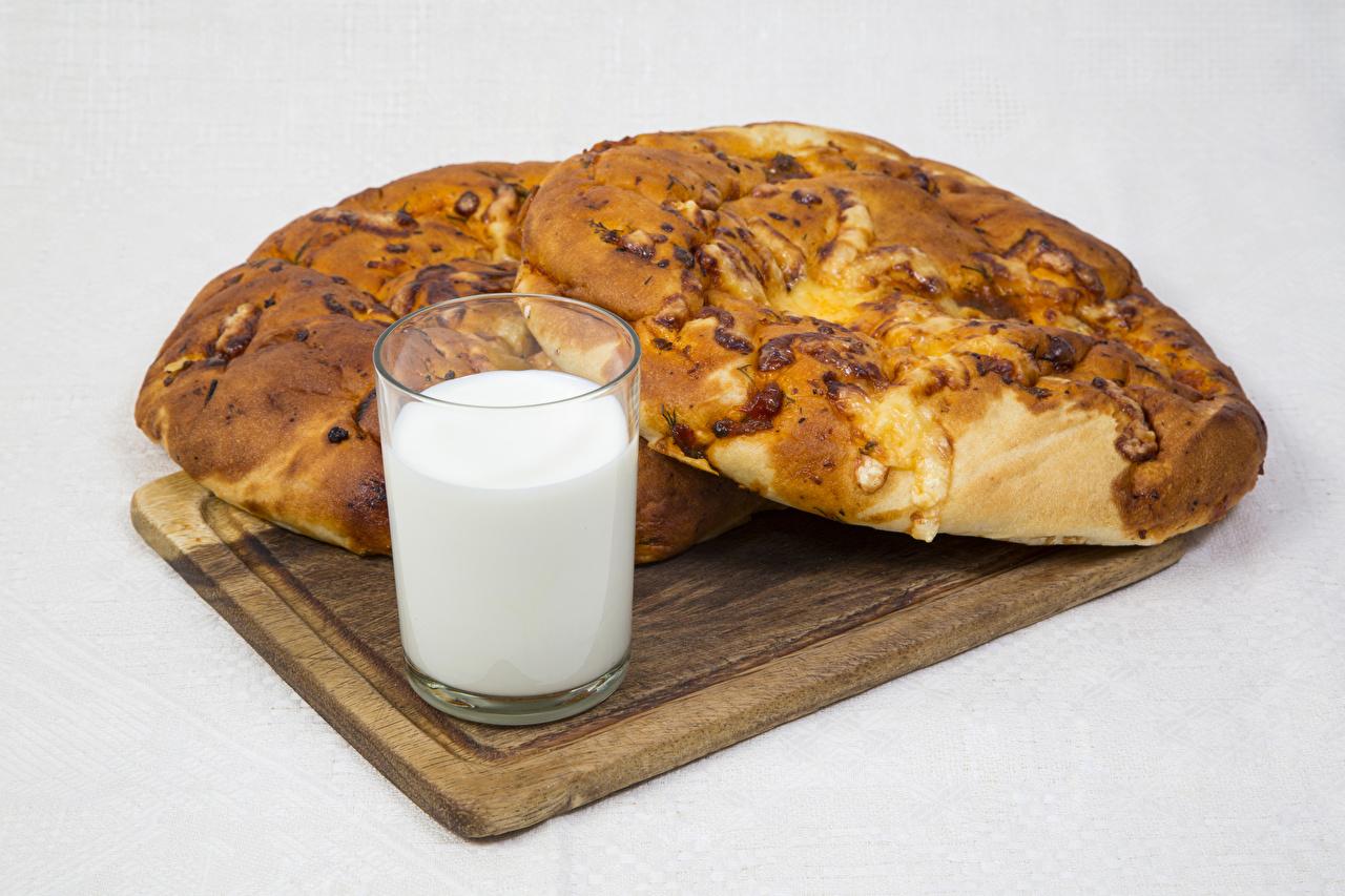 Фото Молоко стакана Булочки Еда Разделочная доска Выпечка Серый фон Стакан стакане Пища Продукты питания