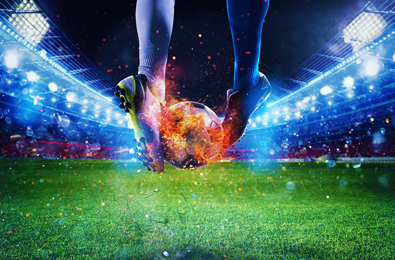 Фотография Спорт Футбол кроссовках ног Огонь Стадион Мяч Газон Кроссовки спортивный спортивные спортивная Ноги Пламя Мячик газоне