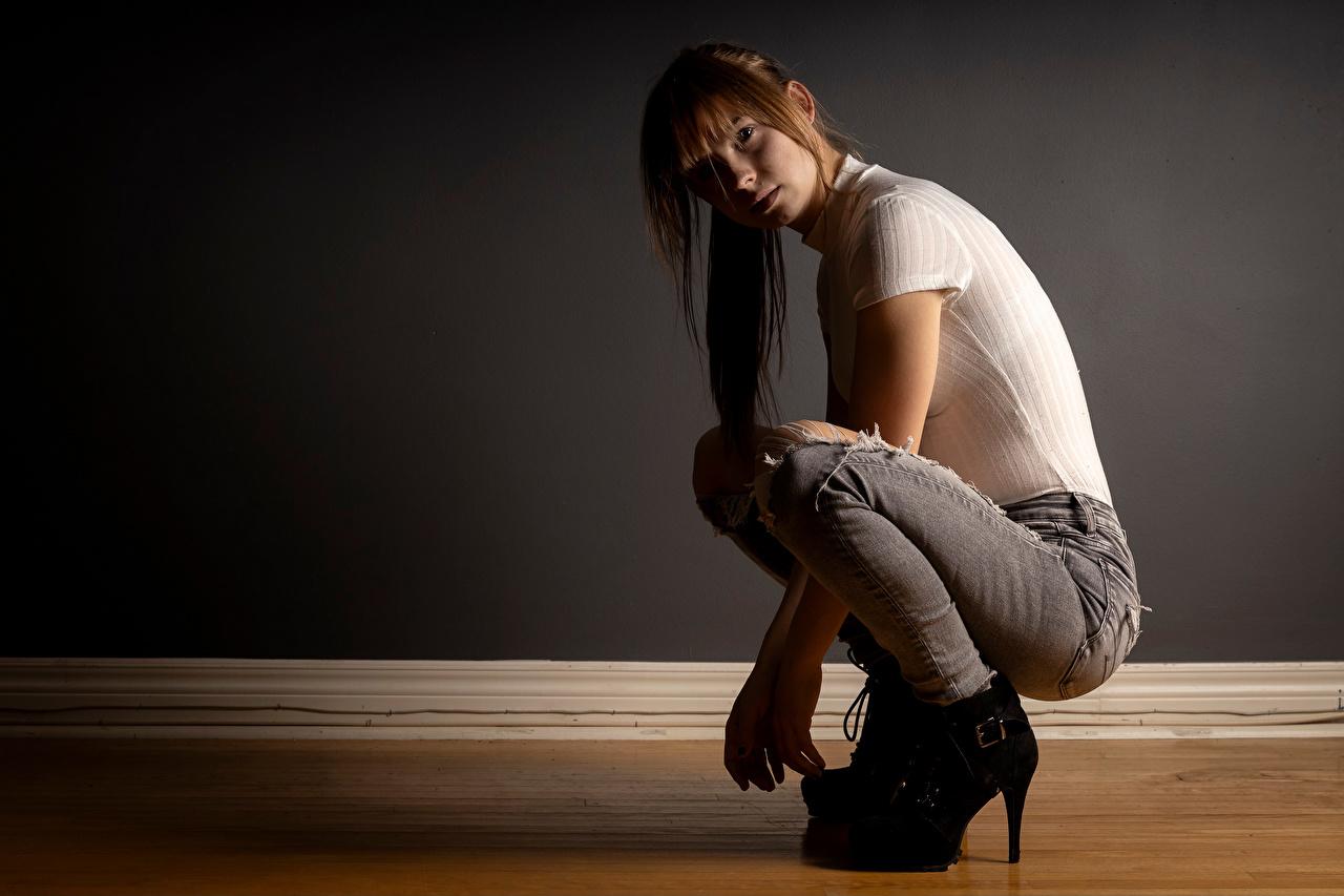 Фотографии Rebekka Weigand Футболка молодая женщина джинсов сидящие Взгляд Девушки девушка футболке молодые женщины Джинсы сидя Сидит смотрит смотрят