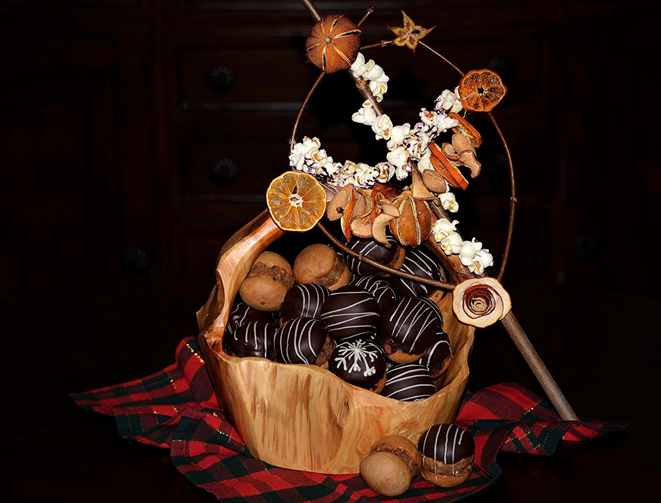 Фото Шоколад корзины Еда Сладости Пирожное Черный фон Корзина Корзинка Пища Продукты питания сладкая еда на черном фоне