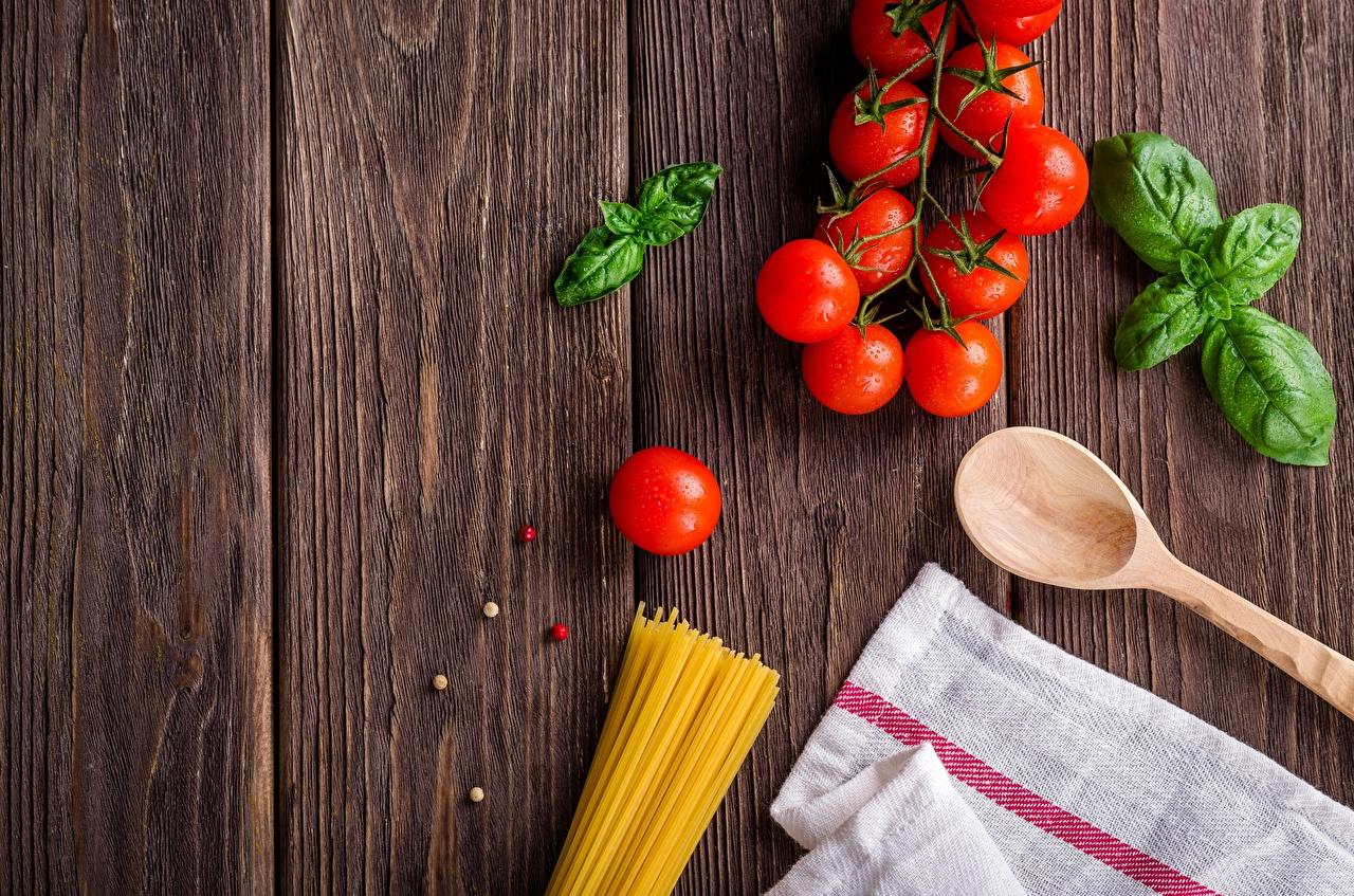 Обои для рабочего стола Томаты Макароны Пища Ложка Доски Помидоры Еда ложки Продукты питания