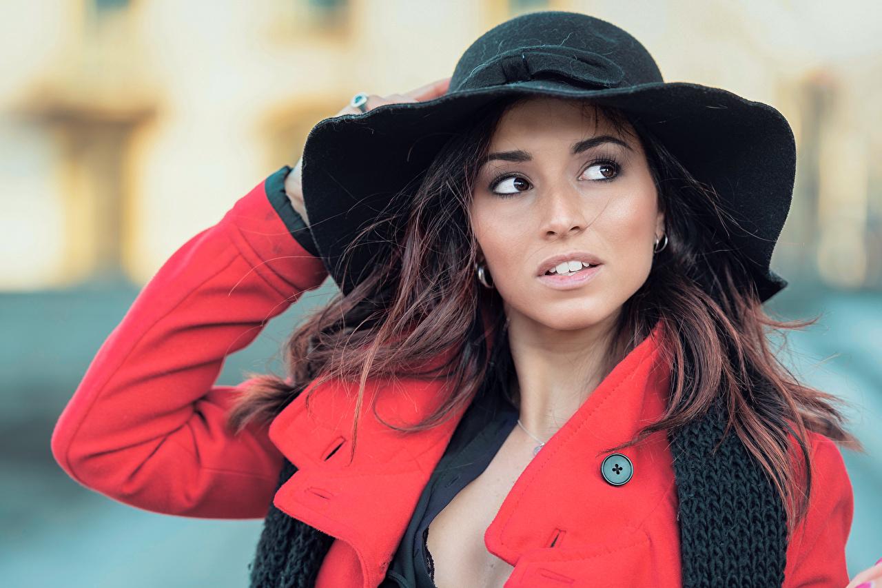 Обои для рабочего стола Шатенка Размытый фон позирует Красивые Пальто шляпе Девушки смотрит шатенки боке Поза красивая красивый шляпы Шляпа девушка молодая женщина молодые женщины Взгляд смотрят