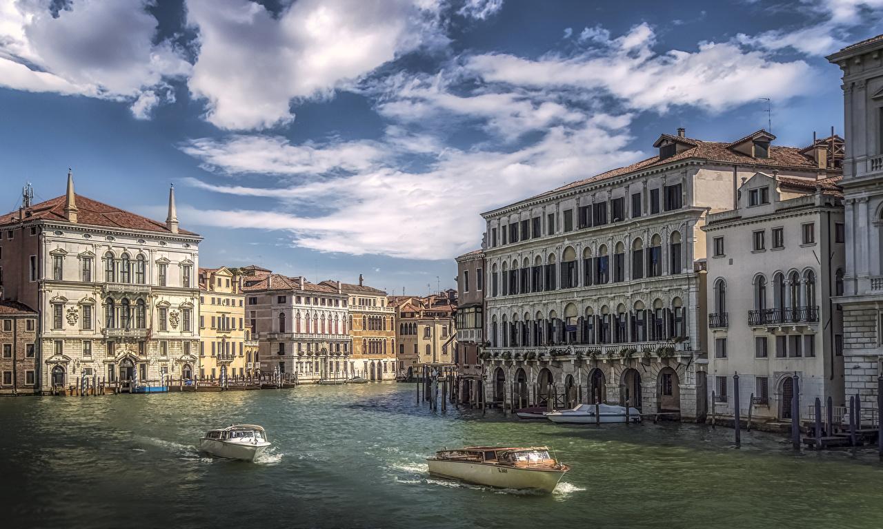Фото Венеция Италия Водный канал Пирсы Катера Дома Города Причалы Пристань город Здания