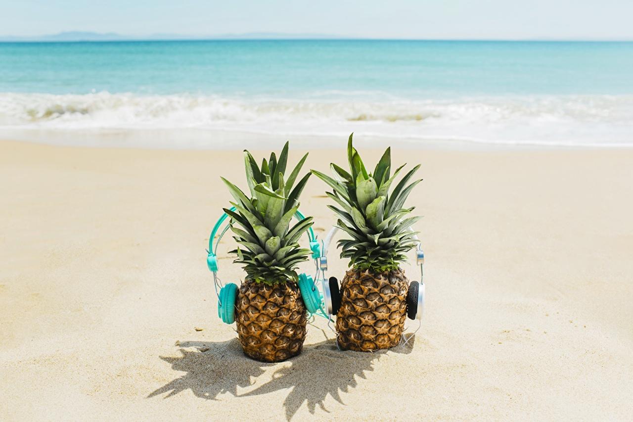 Картинка в наушниках пляжи Двое Ананасы Продукты питания Наушники Пляж пляже пляжа 2 два две вдвоем Еда Пища