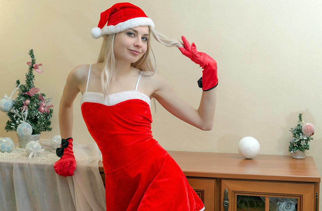 Обои Блондинка Рождество Улыбка Перчатки Шапки Девушки смотрит Новый год Взгляд