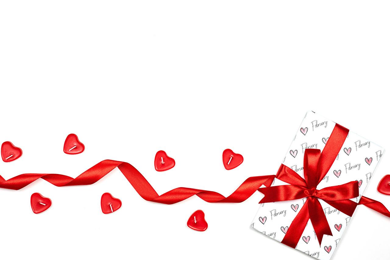 Картинка День всех влюблённых Сердце Подарки Свечи Бантик ленточка Шаблон поздравительной открытки белым фоном День святого Валентина серце сердца сердечко подарок подарков бант Лента бантики Белый фон белом фоне