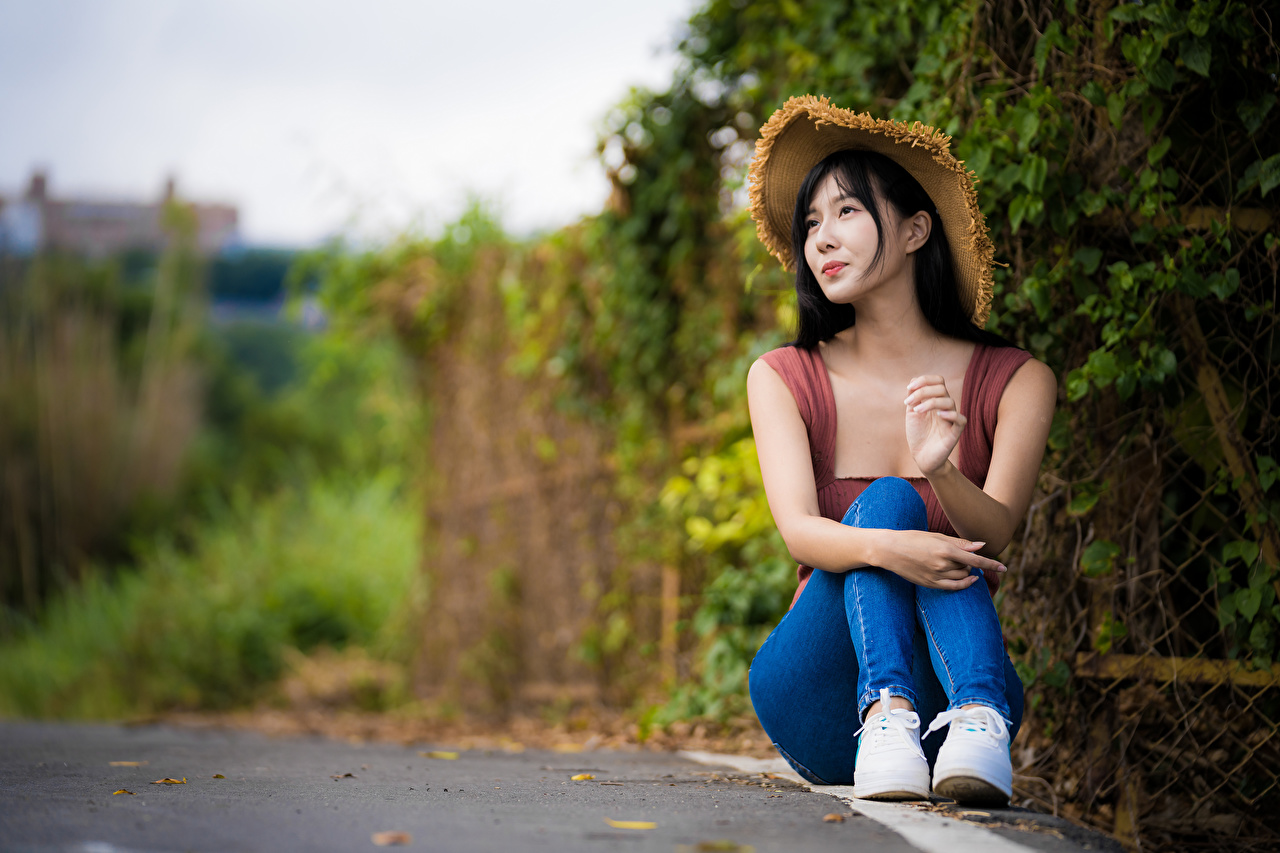 Фото Брюнетка Размытый фон Шляпа Девушки азиатка джинсов сидя брюнетки брюнеток боке шляпы шляпе девушка молодая женщина молодые женщины Джинсы Азиаты азиатки Сидит сидящие