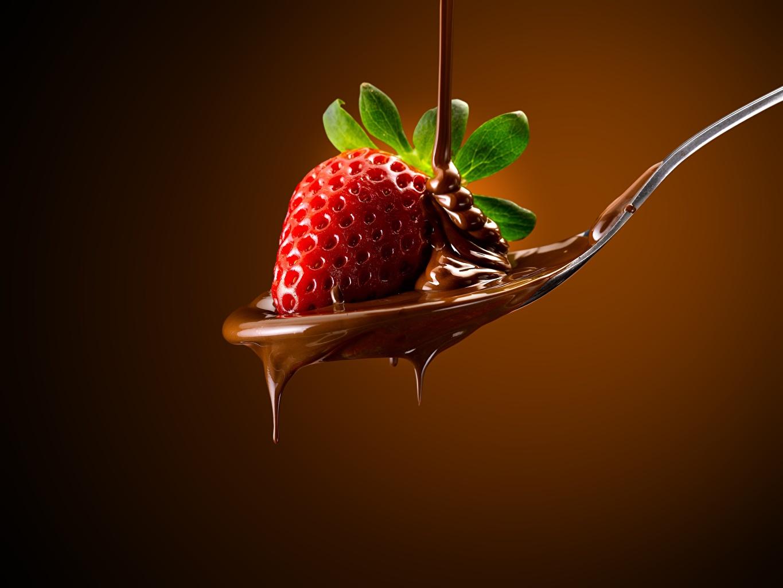 Картинка Шоколад Клубника ложки Продукты питания Цветной фон Еда Пища Ложка