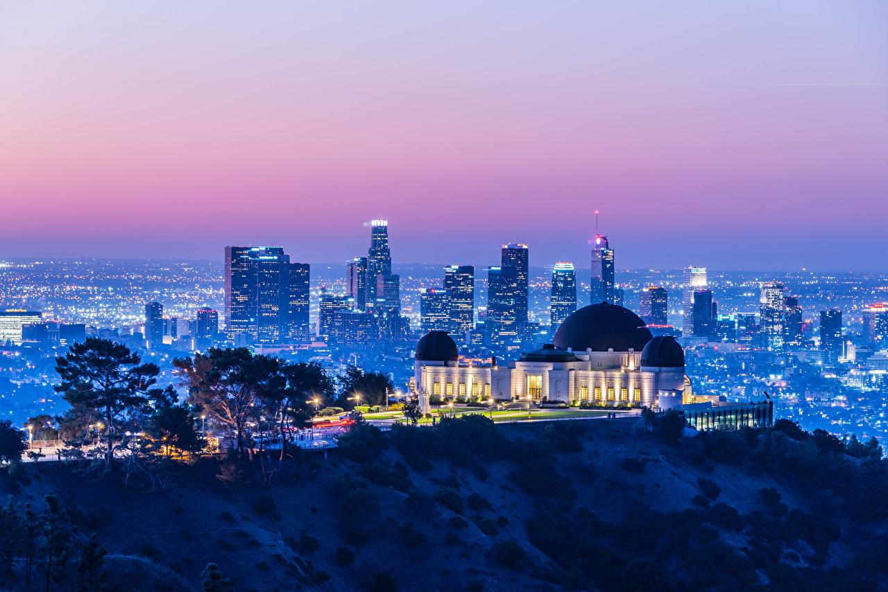 Обои для рабочего стола Лучи света Калифорния Лос-Анджелес америка мегаполиса Griffith Observatory Вечер Дома Города калифорнии США штаты Мегаполис город Здания