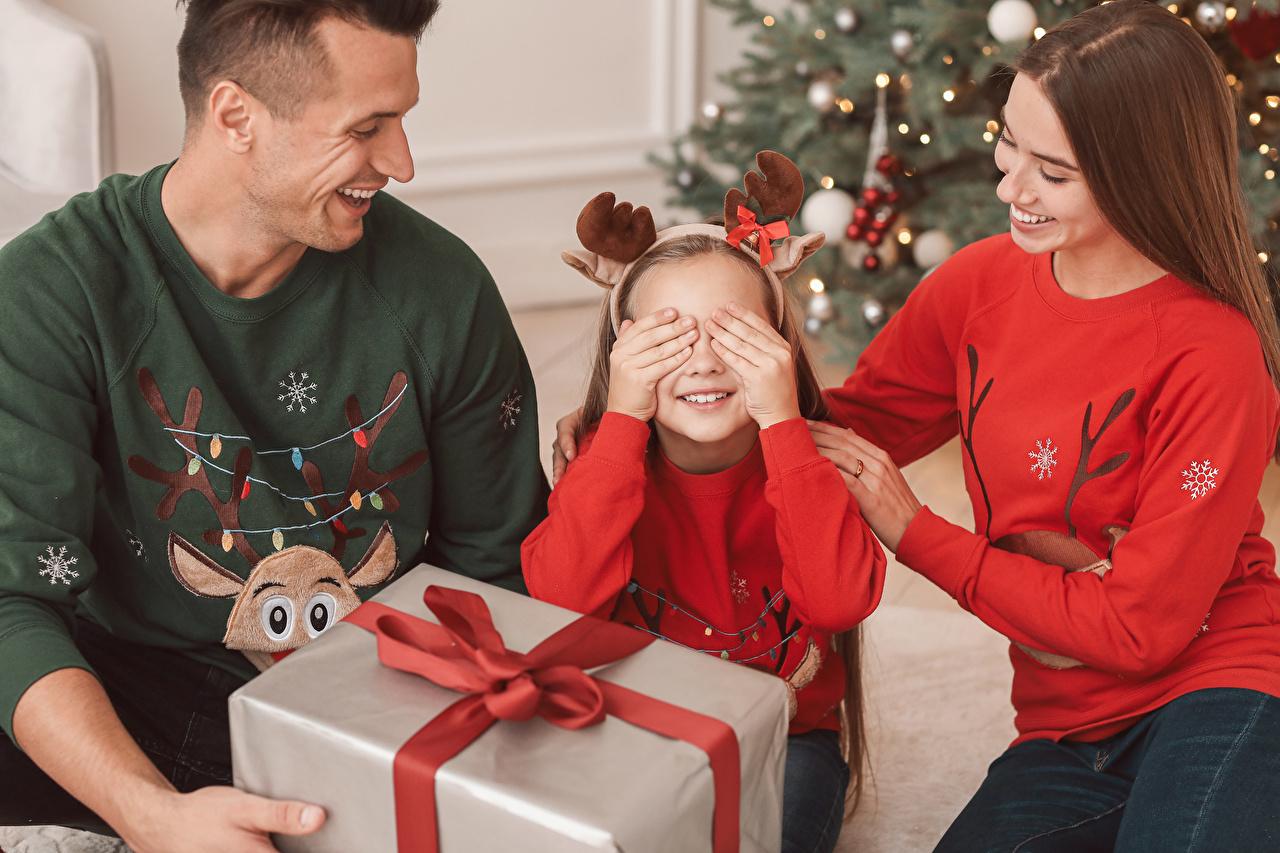 Фото Девочки Семья Новый год Мужчины Мама Дети молодые женщины Подарки рука девочка Рождество мужчина Мать ребёнок девушка Девушки молодая женщина подарок подарков Руки