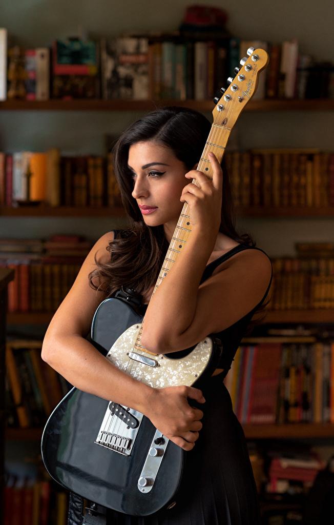 Картинки Модель Гитара Tess Perrone Девушки рука  для мобильного телефона гитары с гитарой фотомодель девушка молодая женщина молодые женщины Руки