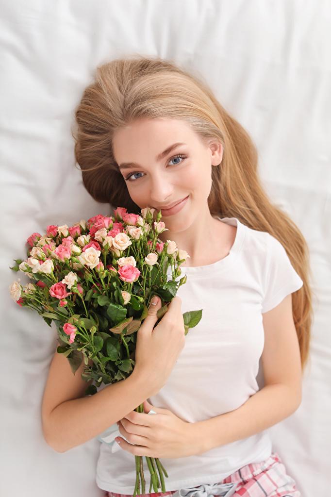 Картинка шатенки улыбается Букеты Розы Девушки Шатенка Улыбка