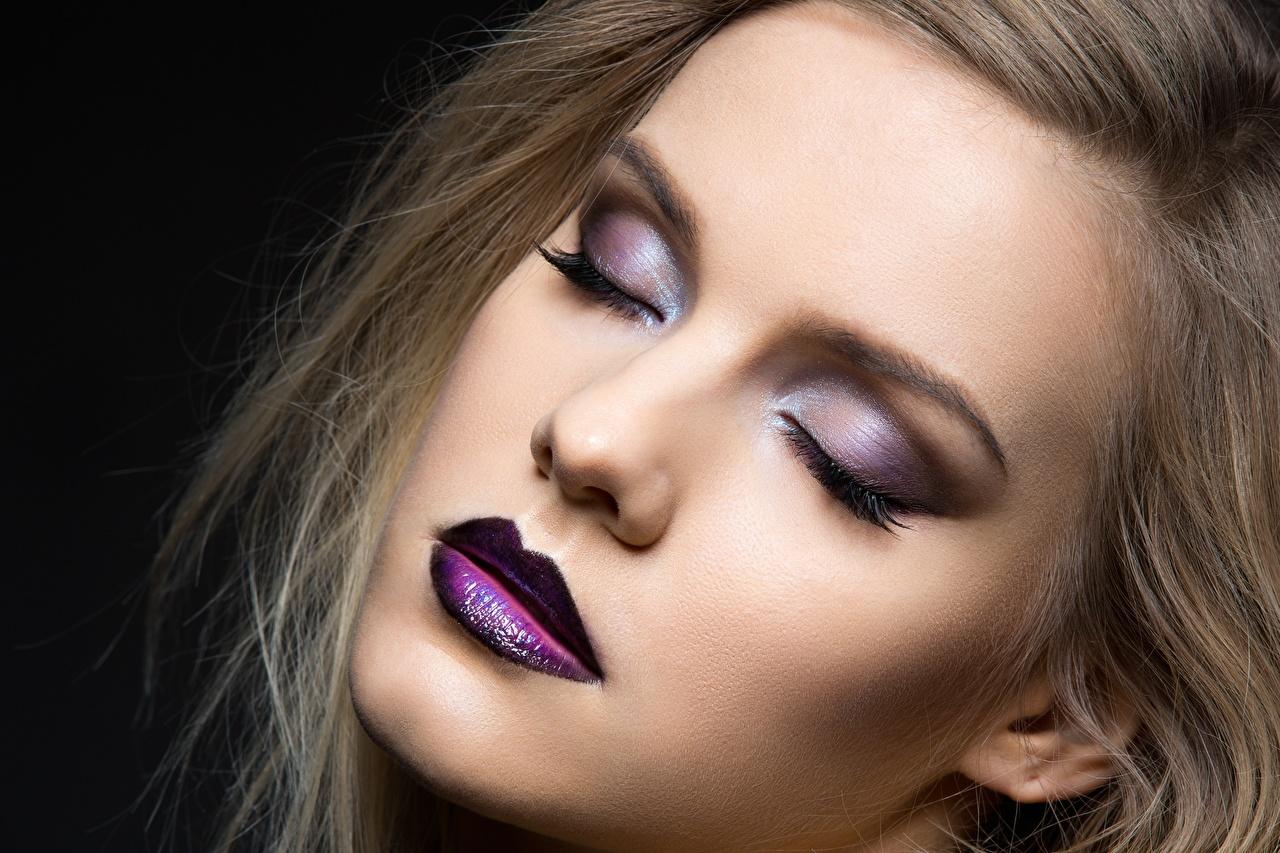 Фото фотомодель Макияж Лицо девушка Черный фон Модель мейкап косметика на лице лица Девушки молодая женщина молодые женщины на черном фоне