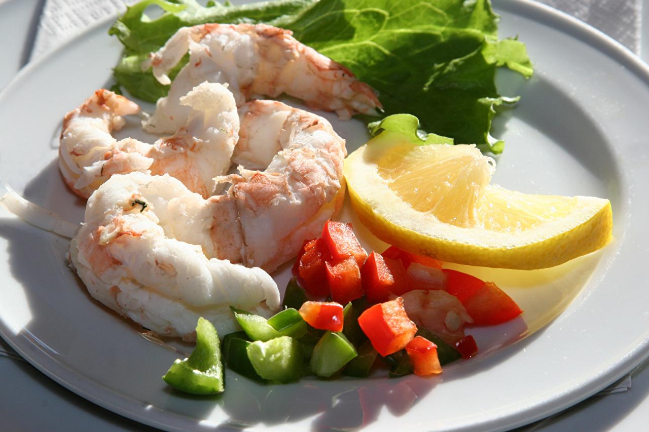 Картинка Лимоны Креветки Еда тарелке Морепродукты Пища Тарелка Продукты питания