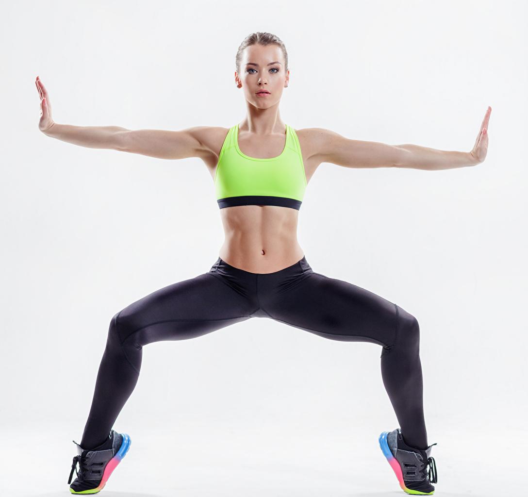 Фото Тренировка Фитнес Спорт Девушки Руки Живот Взгляд Белый фон Физические упражнения смотрит