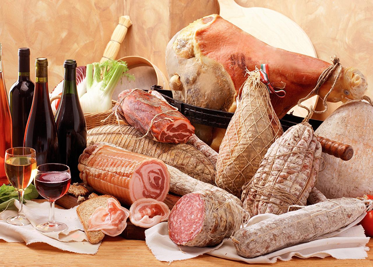 Фото Вино Колбаса Ветчина Бокалы Бутылка Продукты питания Мясные продукты Еда Пища