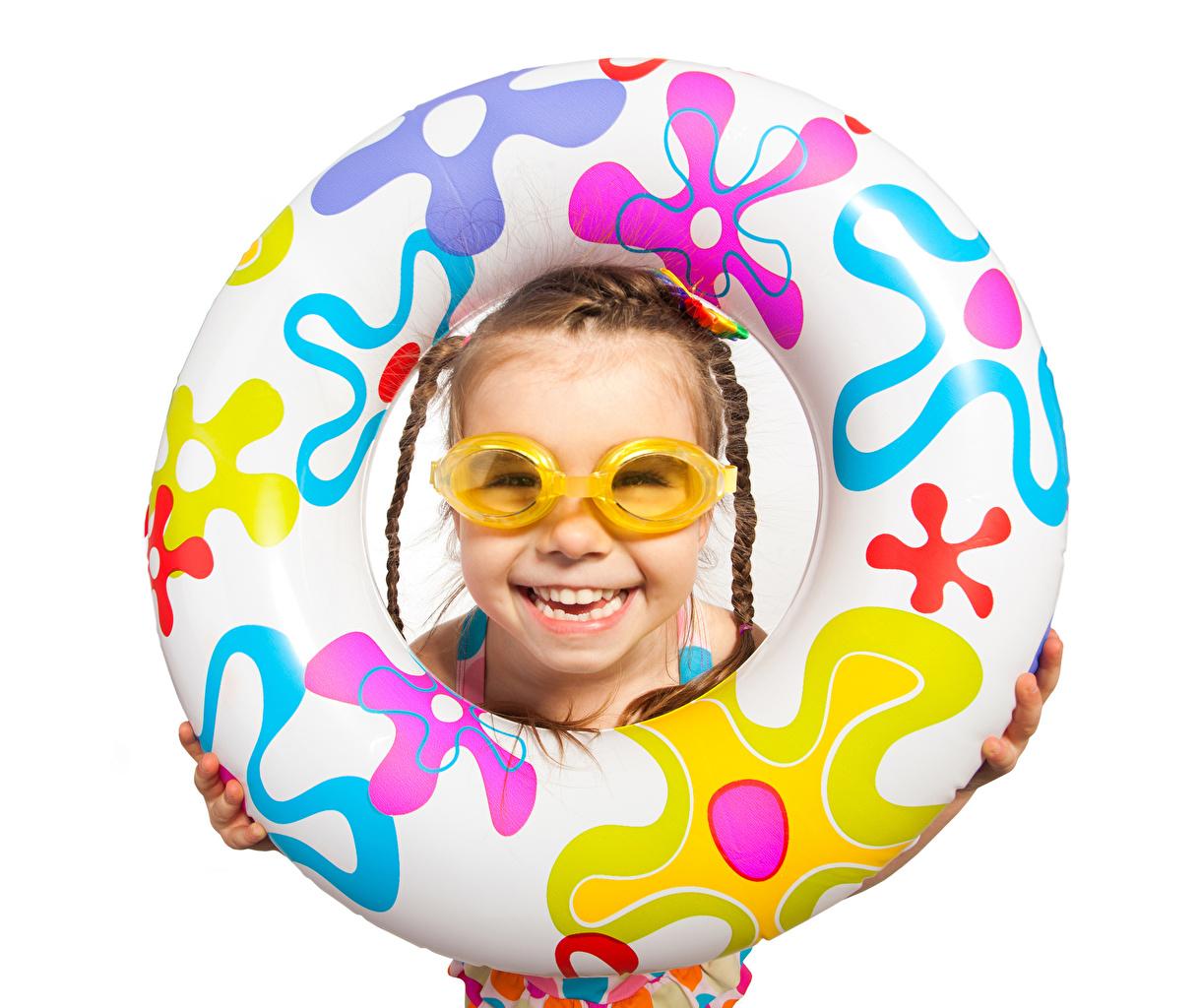 Картинки Девочки Улыбка Дети Очки белом фоне девочка улыбается ребёнок очках очков Белый фон белым фоном