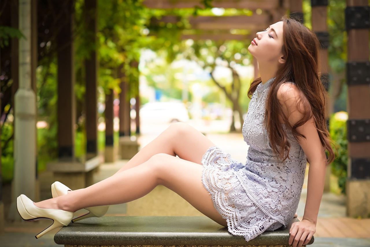 Картинка Шатенка боке молодая женщина ног азиатка сидя Сбоку платья Туфли шатенки Размытый фон девушка Девушки молодые женщины Ноги Азиаты азиатки Сидит сидящие Платье туфель туфлях