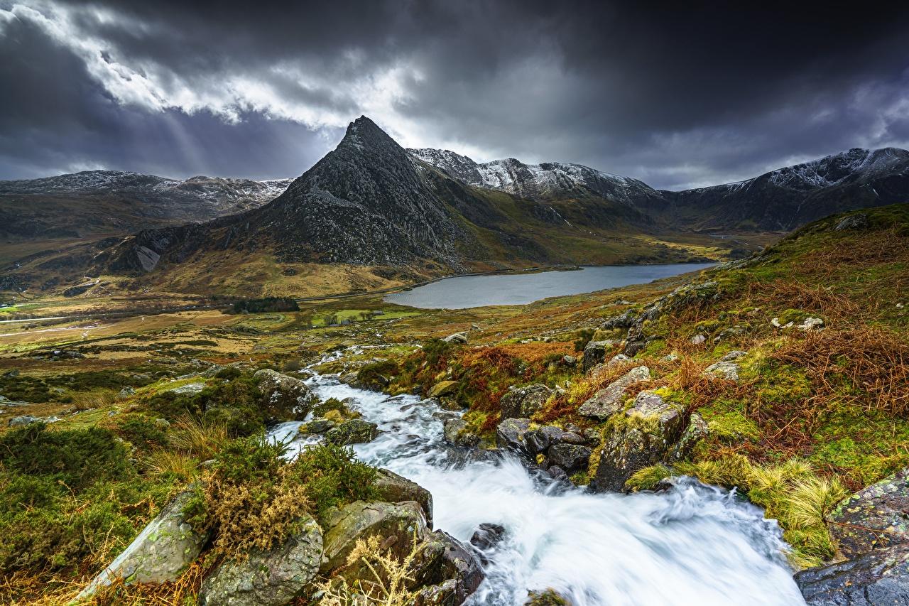 Обои для рабочего стола Уэльс Snowdonia National Park Тучи гора скалы ручеек Природа Луга Пейзаж Камень туч Горы Утес скале Скала Ручей Камни