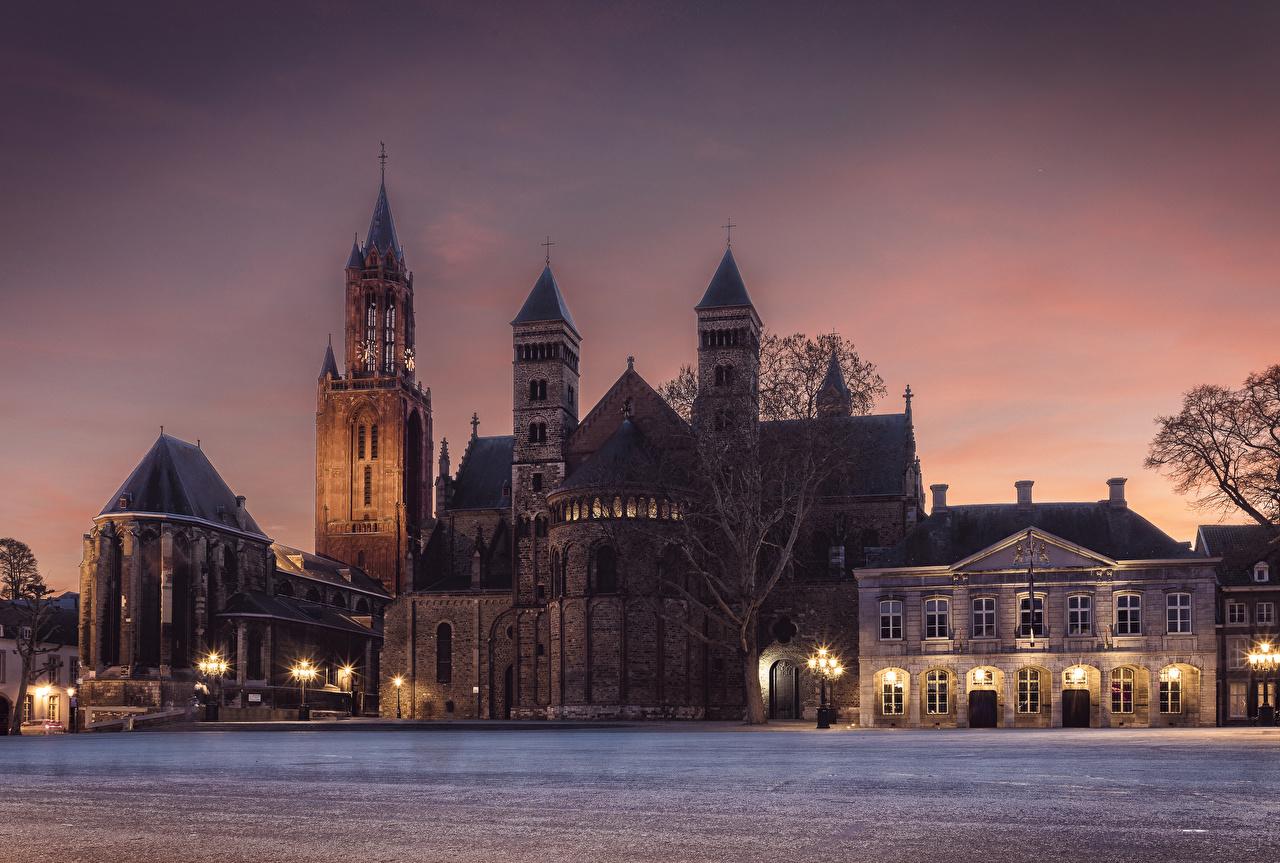 Картинка Церковь Нидерланды Maastricht храм Ночь Уличные фонари город голландия ночью Храмы в ночи Ночные Города