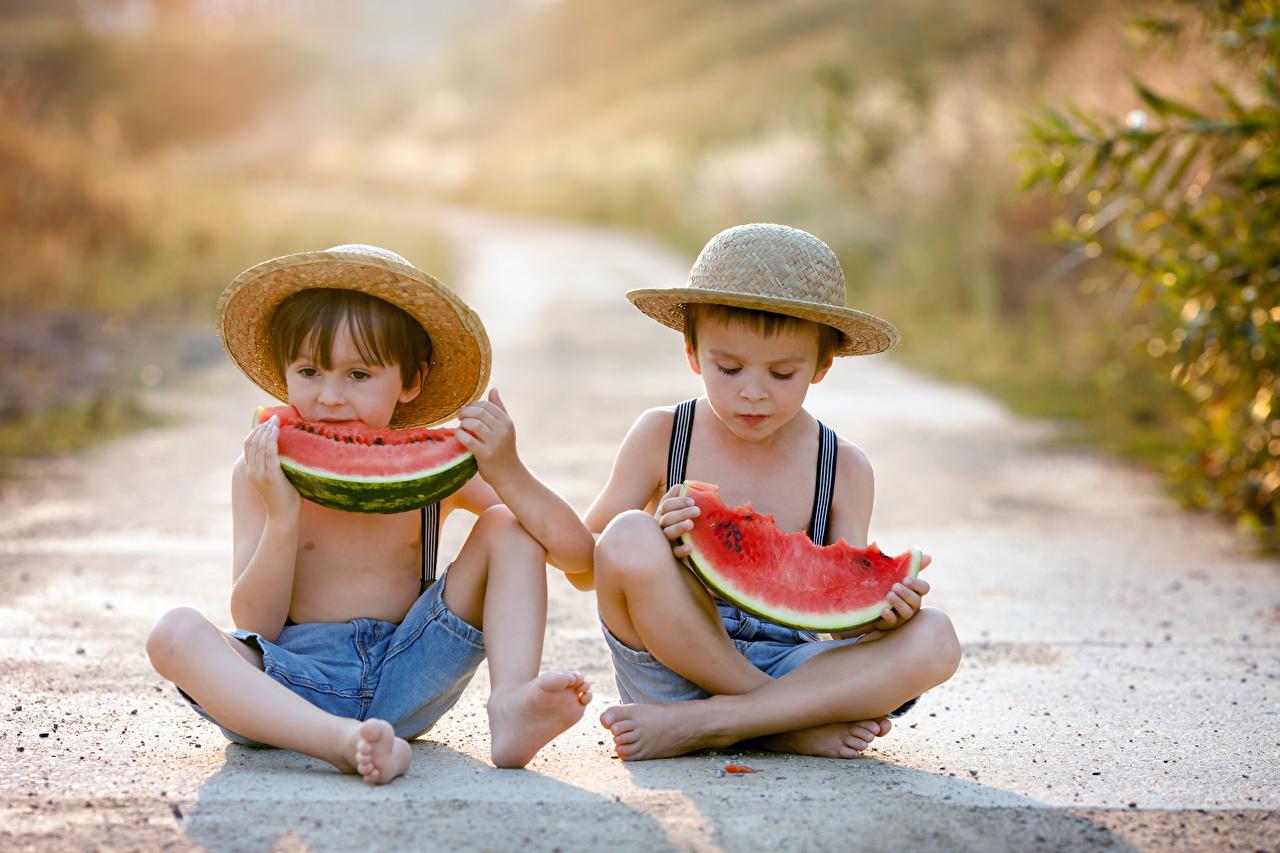 Фото Мальчики Дети две шляпы Арбузы сидя мальчик мальчишки мальчишка ребёнок 2 два Двое шляпе Шляпа вдвоем Сидит сидящие