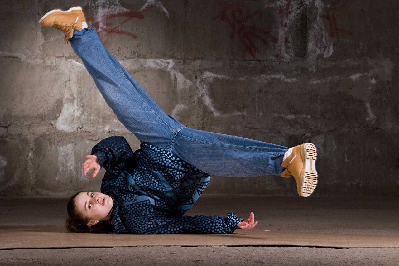 Фото Шатенка Танцует Девушки Ноги Взгляд Танцы смотрит