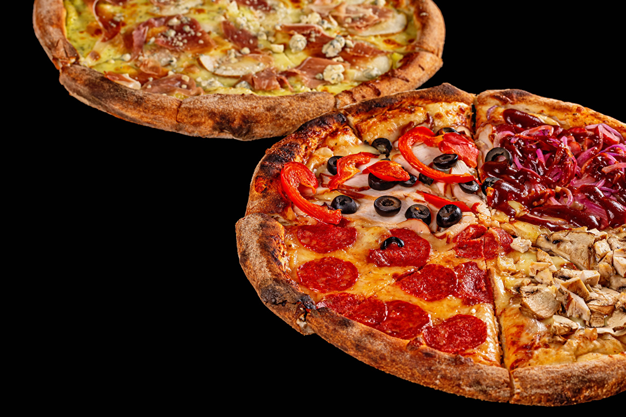 Фото Пицца Оливки Колбаса Фастфуд Еда Черный фон Быстрое питание Пища Продукты питания на черном фоне