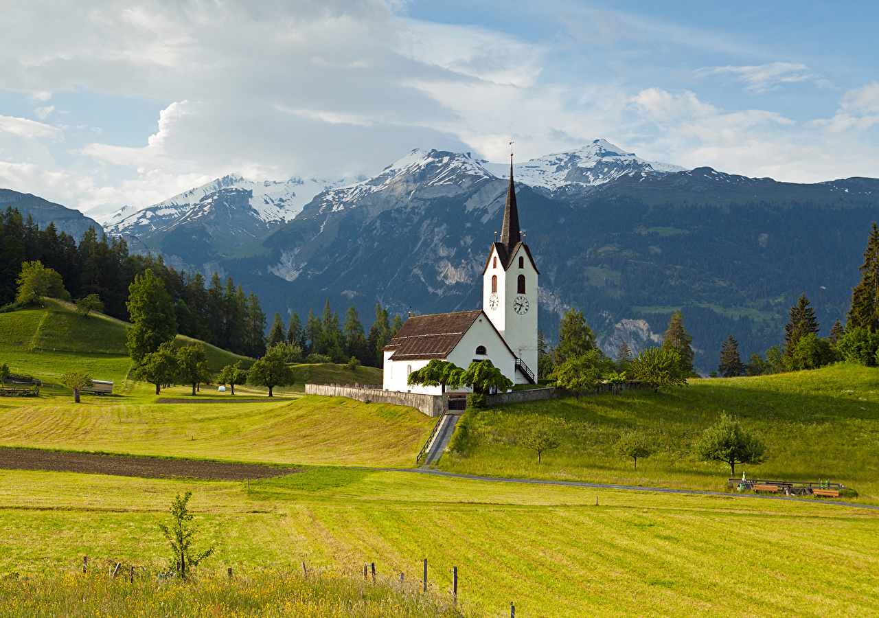 Обои для рабочего стола Альпы Швейцария Versam Graubünden Горы Поля Пейзаж Храмы Города альп гора храм город
