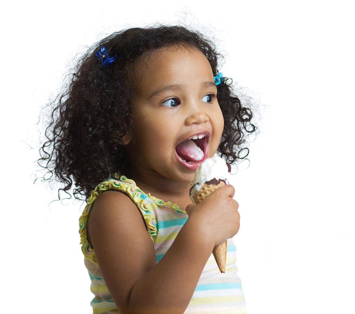 Фото Девочки ребёнок негры Мороженое Язык (анатомия) Белый фон девочка Дети Негр языком белом фоне белым фоном