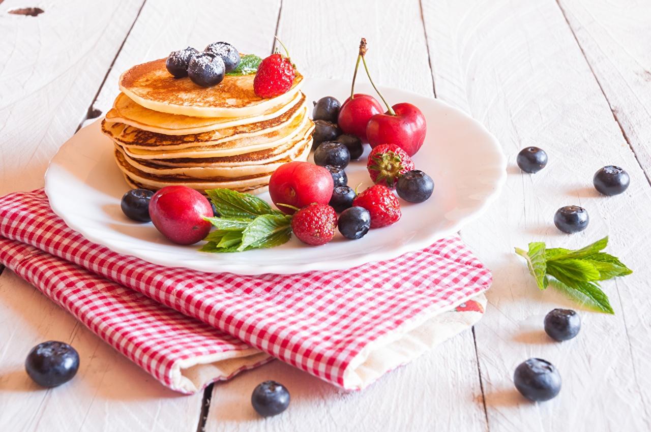 Фото Блины Черника Еда Ягоды тарелке Пища Тарелка Продукты питания