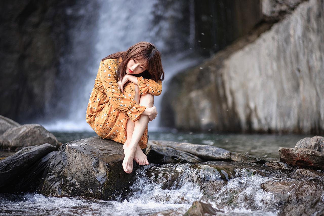 Картинка девушка ног азиатки воде Сидит Камень платья Девушки молодая женщина молодые женщины Ноги Азиаты азиатка Вода сидя Камни сидящие Платье