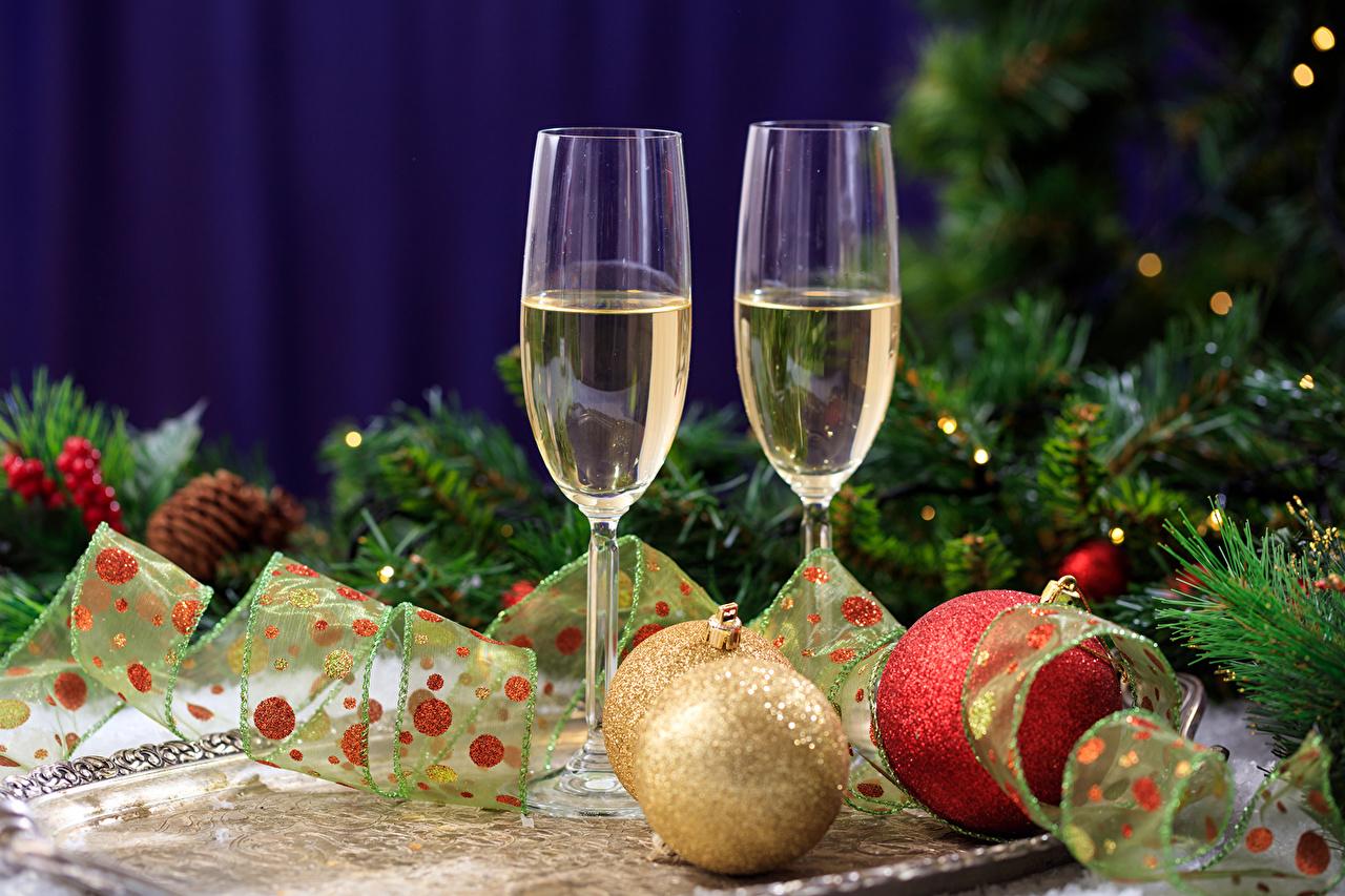 Картинки Рождество Двое Шампанское Пища Ветки бокал Шарики Праздники Новый год 2 две два вдвоем Игристое вино Шар Еда ветка ветвь Бокалы на ветке Продукты питания