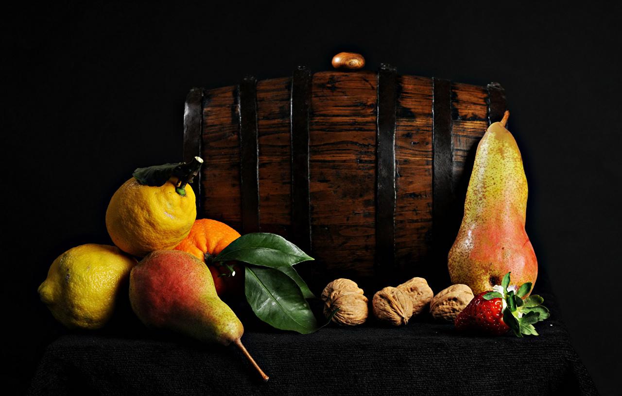 Фото Груши Лимоны Клубника столы Продукты питания Орехи Еда Пища Стол стола