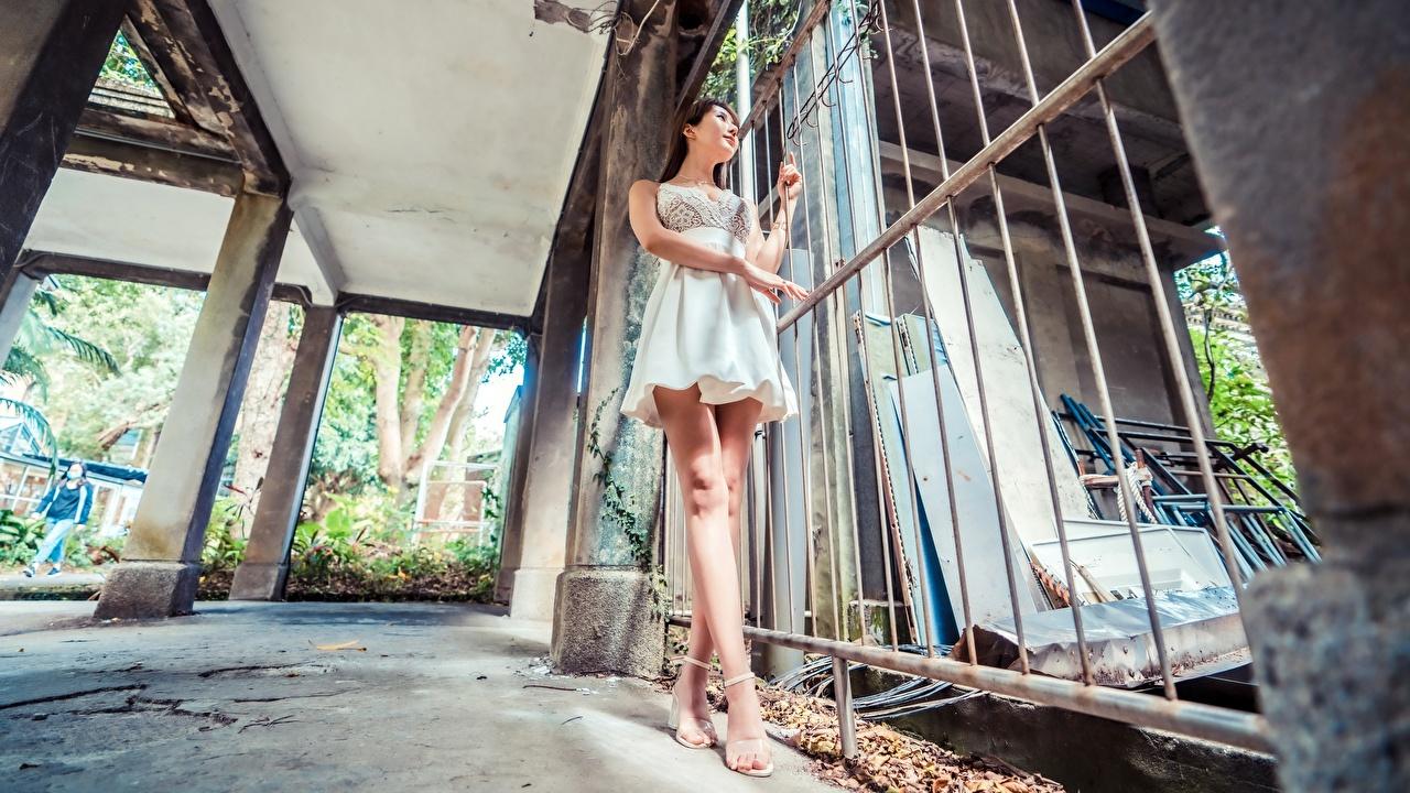 Картинки Брюнетка Девушки ног Азиаты забора рука платья Туфли брюнетки брюнеток девушка молодая женщина молодые женщины Ноги Забор ограда азиатки азиатка забором Руки Платье туфель туфлях