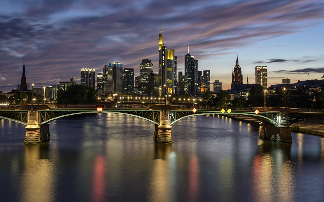 Фотография Франкфурт-на-Майне Германия мост река ночью Уличные фонари Дома город Мосты Реки Ночь речка в ночи Ночные Здания Города
