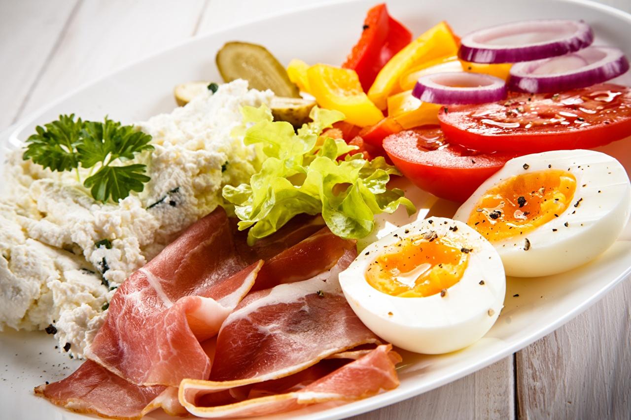 Обои для рабочего стола яиц Бекон Томаты Творог Завтрак Еда яйцо Яйца яйцами Помидоры Пища Продукты питания