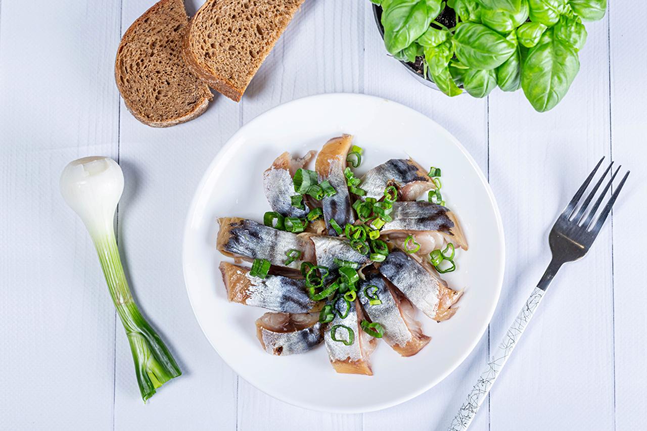 Картинка Зелёный лук Хлеб Рыба Еда Овощи тарелке Вилка столовая Пища вилки Тарелка Продукты питания