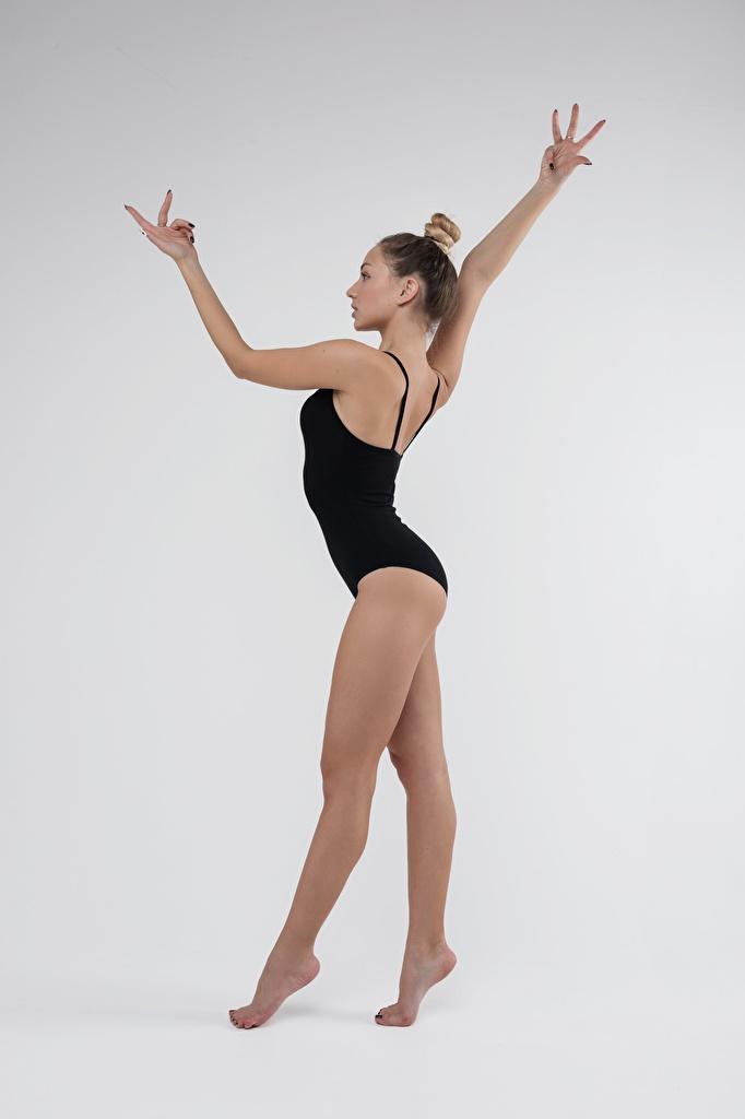 Фото физическое упражнение красивая позирует Гимнастика молодая женщина ног рука Серый фон  для мобильного телефона Тренировка тренируется Поза красивый Красивые девушка Девушки молодые женщины Ноги Руки сером фоне