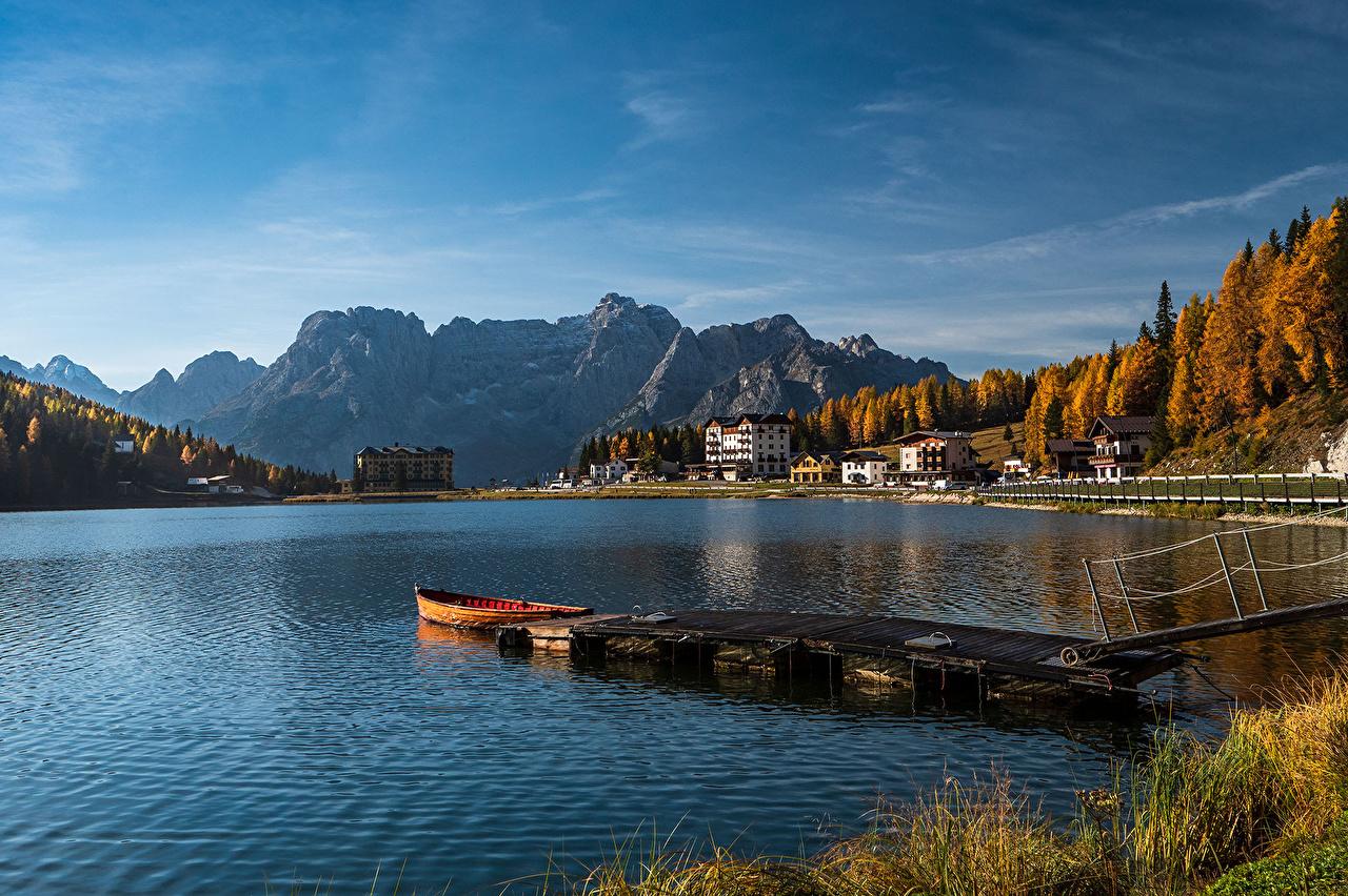 Фотография Италия Lake Misurina, Veneto гора Осень Природа Озеро Лодки Причалы Здания Горы осенние Пирсы Пристань Дома