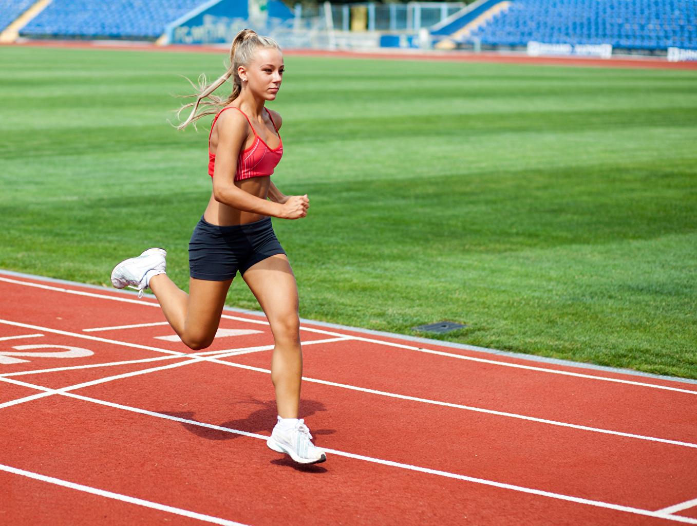 Картинки Блондинка Тренировка Бег Спорт Девушки Физические упражнения