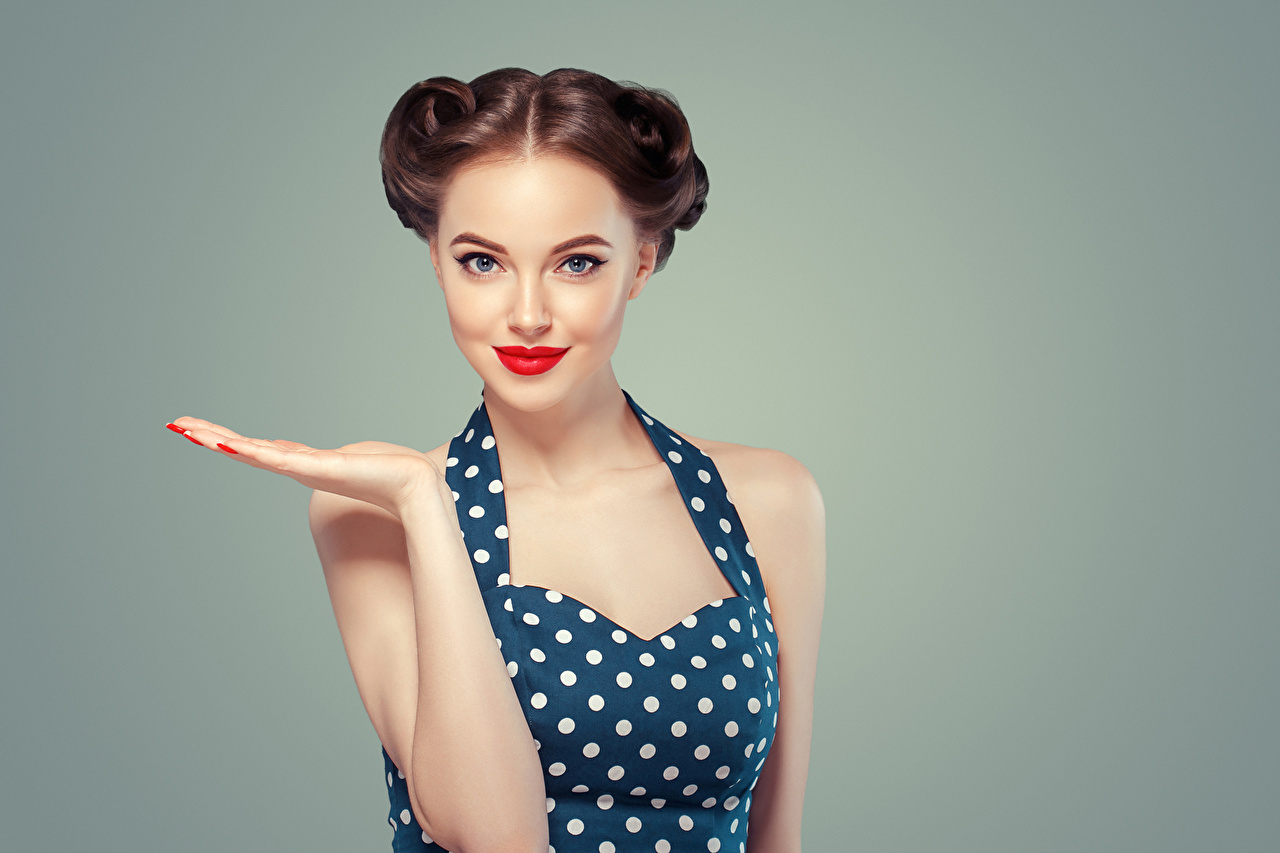 Обои для рабочего стола Шатенка Красивые молодые женщины рука смотрит красными губами Цветной фон шатенки красивая красивый девушка Девушки молодая женщина Руки Взгляд смотрят Красные губы