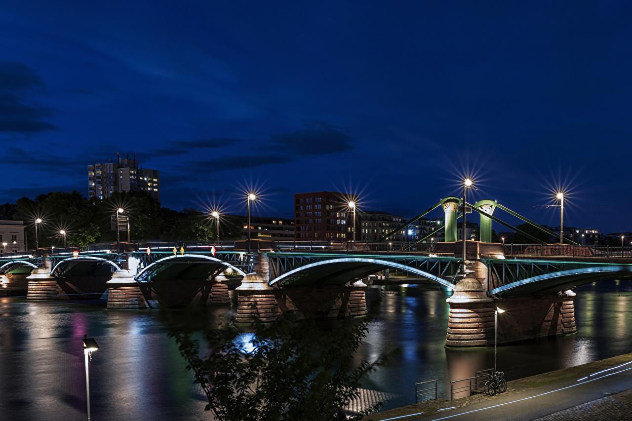 Обои для рабочего стола Франкфурт-на-Майне Германия Мосты речка в ночи Уличные фонари Дома город мост Реки река Ночь ночью Ночные Здания Города