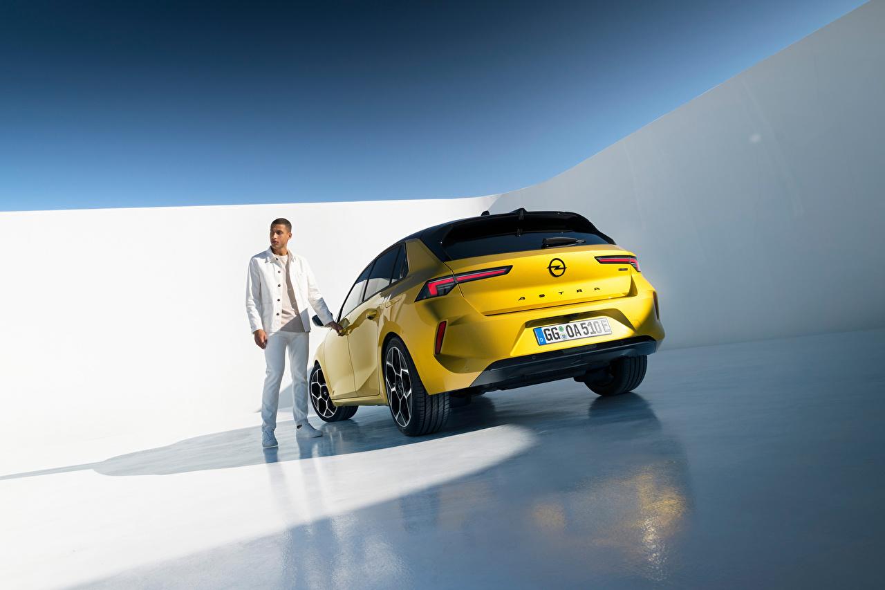 Картинка Opel Мужчины Astra Hybrid, (Worldwide), (L), 2021 Желтый Сзади Металлик Автомобили Опель мужчина желтая желтые желтых авто машины машина вид сзади автомобиль