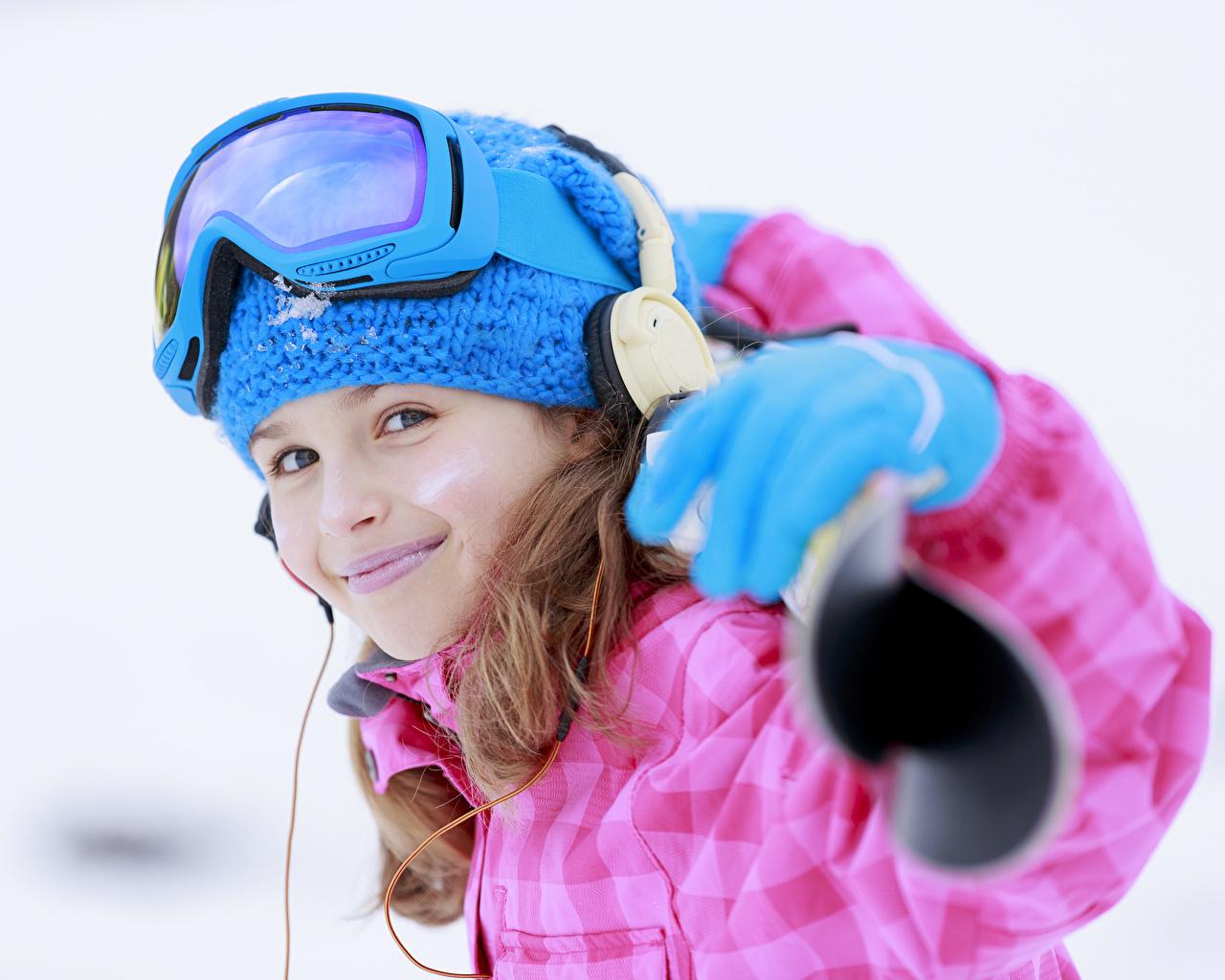 Фотография Девочки Наушники улыбается ребёнок очках Белый фон девочка в наушниках Улыбка Дети Очки очков белом фоне белым фоном