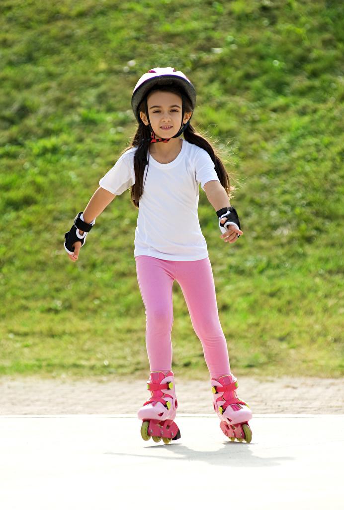 Фотография девочка шлема ребёнок роликами  для мобильного телефона Девочки Шлем в шлеме Дети Ролики роликах Роликовые коньки