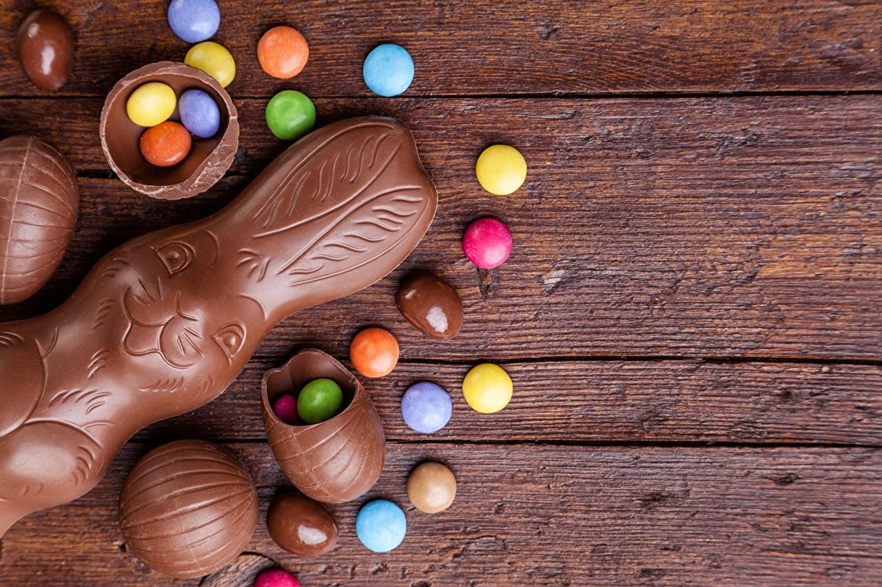 Картинка Пасха Зайцы Драже Шоколад Продукты питания Шаблон поздравительной открытки Еда Пища